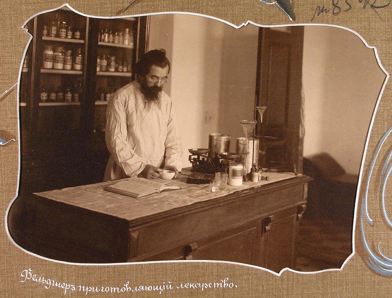 Фельдшер за приготовлением лекарств в помещении больничной аптеки