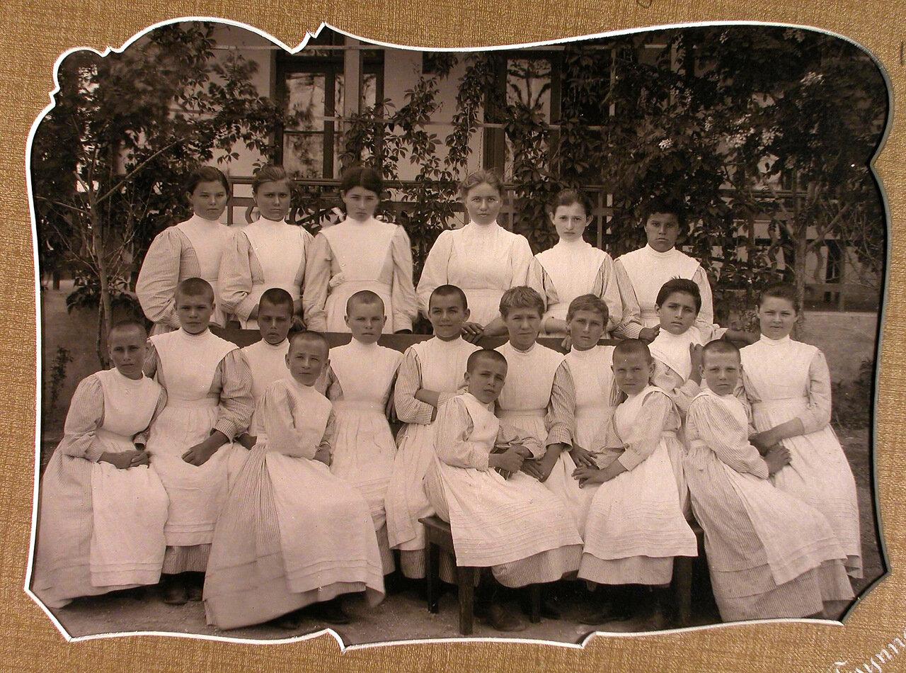14. Группа учениц у здания школы-санатория