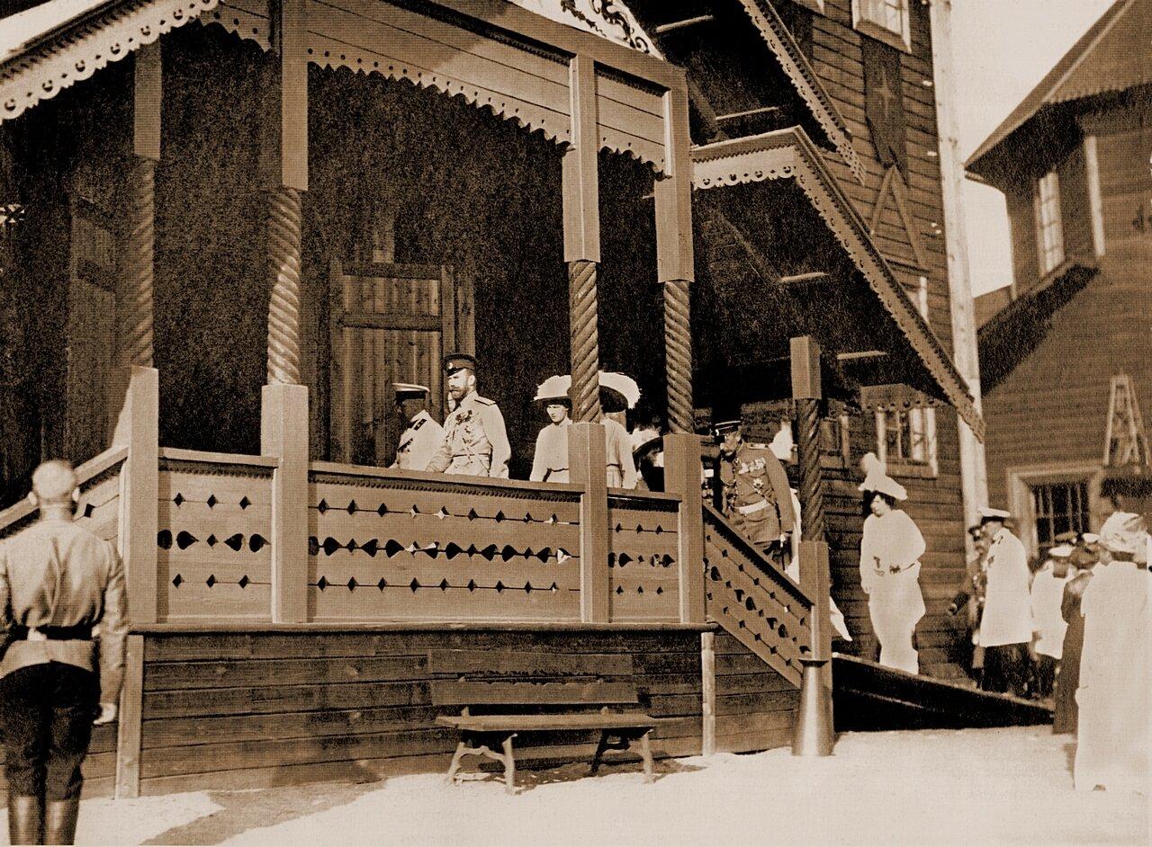 Царская семья у павильонов земской выставки