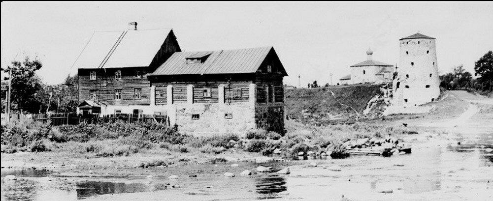 1950-е. Старая мельница на реке Пскове перед крепостной стеной окольного города
