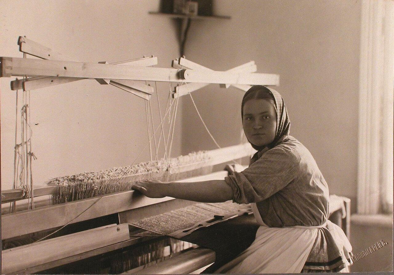 42. Одна из призреваемых в богадельне женщин за работой на ткацком станке
