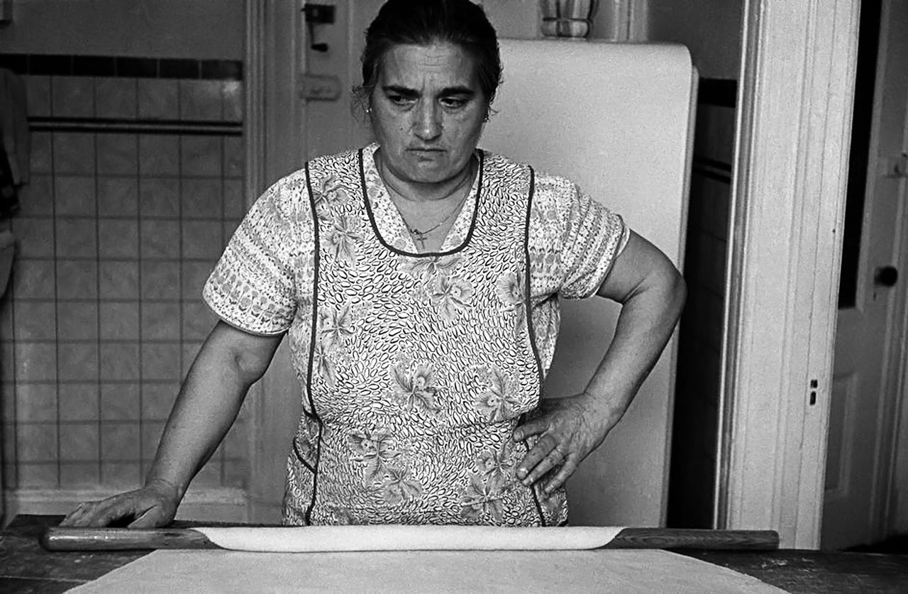 Мама Colaurde готовит спагетти. 1958. USA. New Jersey. Hoboken.