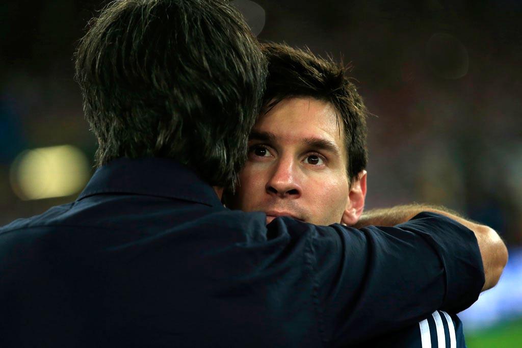 Главный тренер сборной Германии Йоахим Лев обнимает Лионеля Месси после финального свистка.jpg