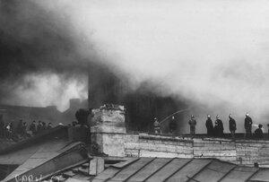 Пожарные за тушением пожара.