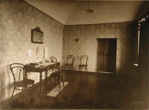 Вид части комнаты для врачей и осмотра больных