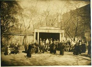 Группа выздоравливающих в саду лазарета за игрой в мяч