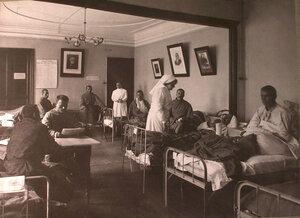 Раненые в палате лазарета,устроенного в помещении 1-го Женского клуба.