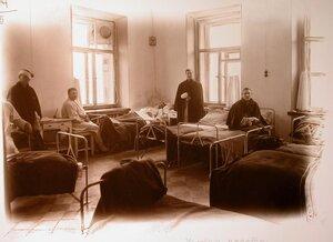 Раненые в угловой палате госпиталя.