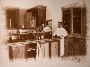 Работники госпиталя в помещении аптеки.