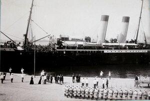 Горожане, почетный караул встречают  пароход  Петербург, прибывший с Дальнего Востока с эвакуируемыми нижними чинами и запасными.