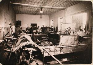 Группа солдат и офицеров в автомобильной мастерской авиароты.