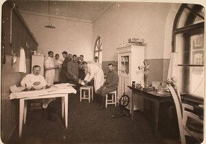 Группа нижних чинов авиароты в медицинском кабинете.