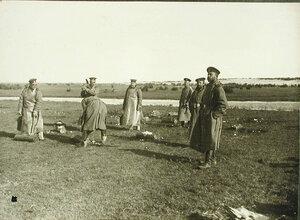 Солдаты роты за расколкой едкого натра при газодобыче на позиции у Голомба во время боев за крепость.