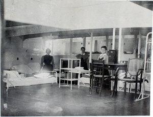 Сестры милосердия в палате № 2, оборудованной перевязочным пунктом и микроскопом.