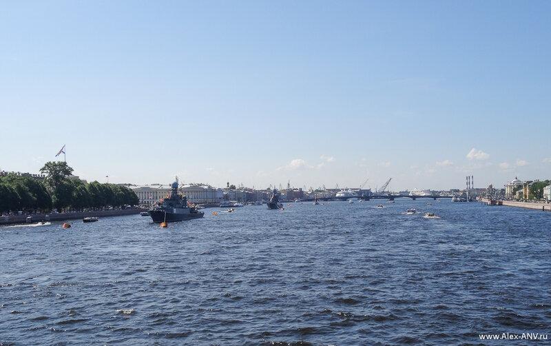 Середина Невы. А за Благовещенским мостом стоят круизные сундуки, привёзшие много туристов.