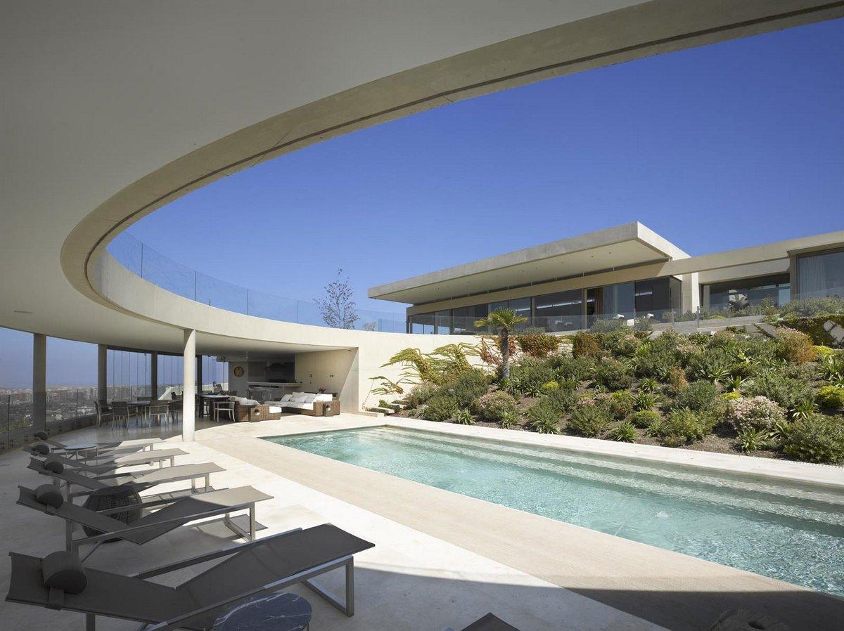 Izquierdo Lehmann, House in Vitacura, особняк в Чили, особняк в Сантьяго, атриум в частном доме, панорама на город из окон дома, дом на склоне горы