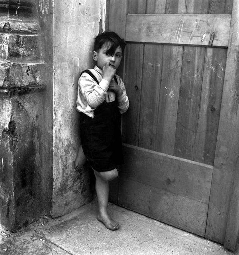 Австрия, 1948 год - Мальчик, стоящий возле двери своего подъезда