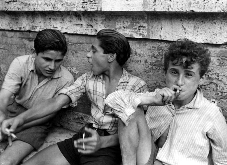 Италия, Неаполь, 1948 год - Трое курящих подростков