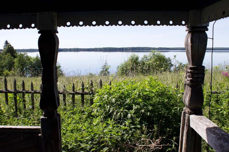 часовня в деревне Ерши и вид на озеро Сандал
