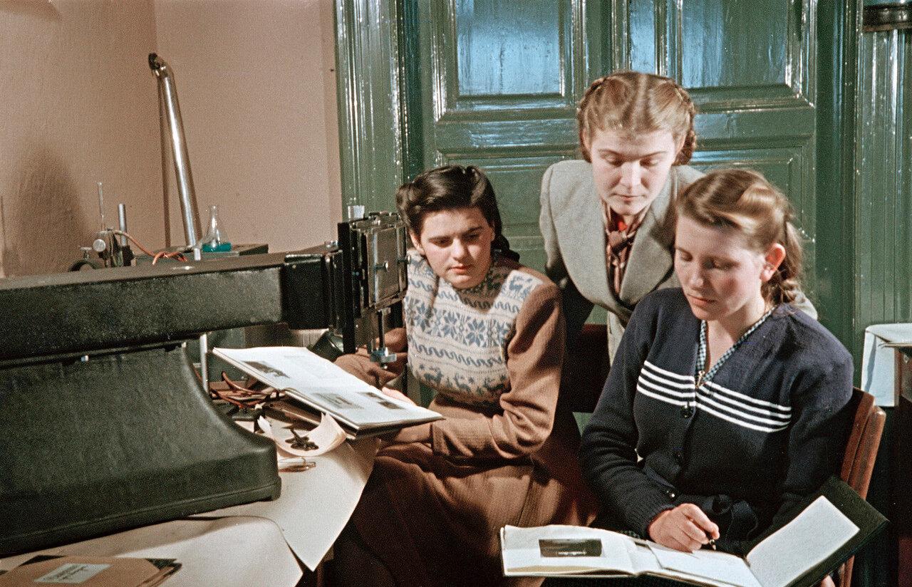 Занятия в кабинете физики Ужгородского университета. 1952