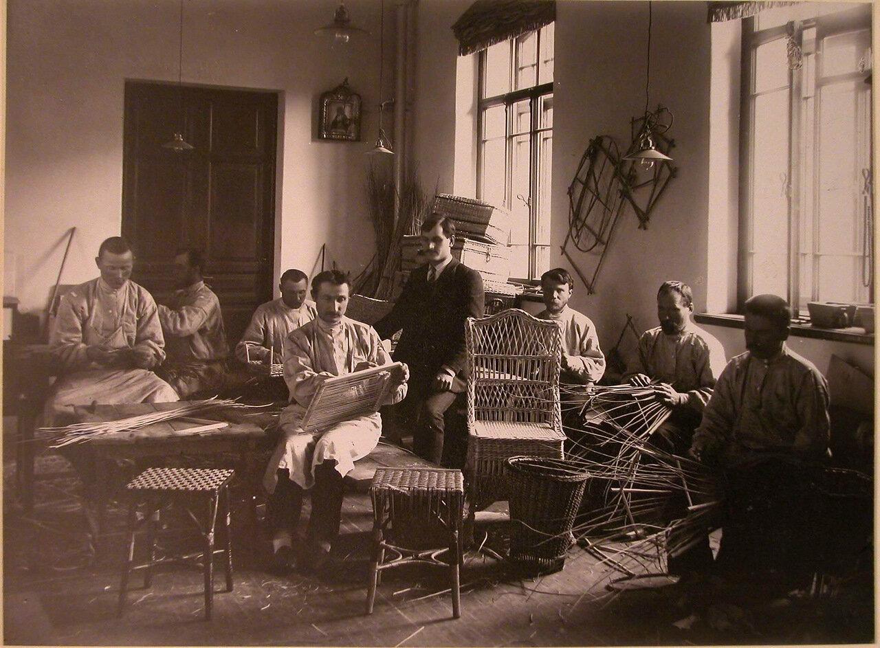 12. Группа призреваемых за изготовлением плетеных изделий в мастерской