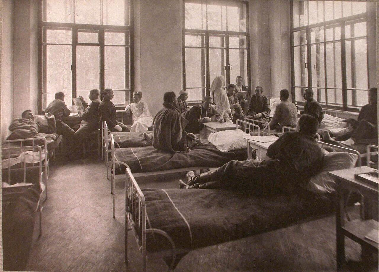 29. Раненые в палате лазарета при Сиротском приюте имени Бахрушиных