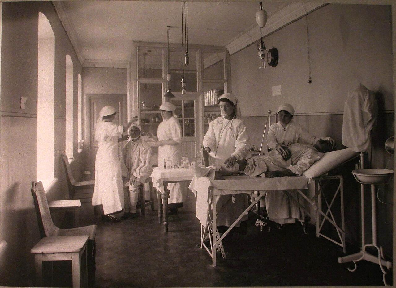 23. Медицинские сестры за перевязкой раненых в перевязочной французского госпиталя св.Екатерины