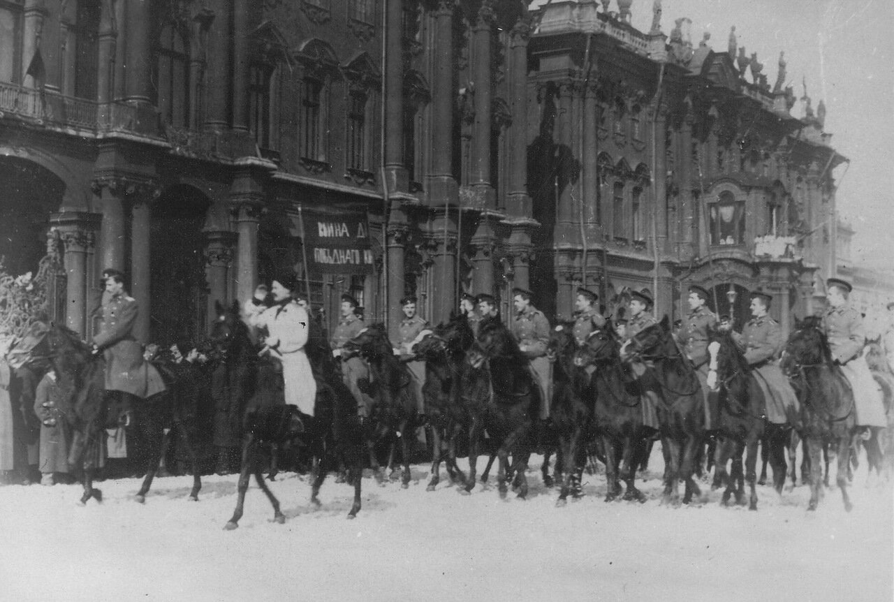09. Колонна курсантов-кавалеристов проходит по площади с лозунгами, призывающими к войне до победного конца