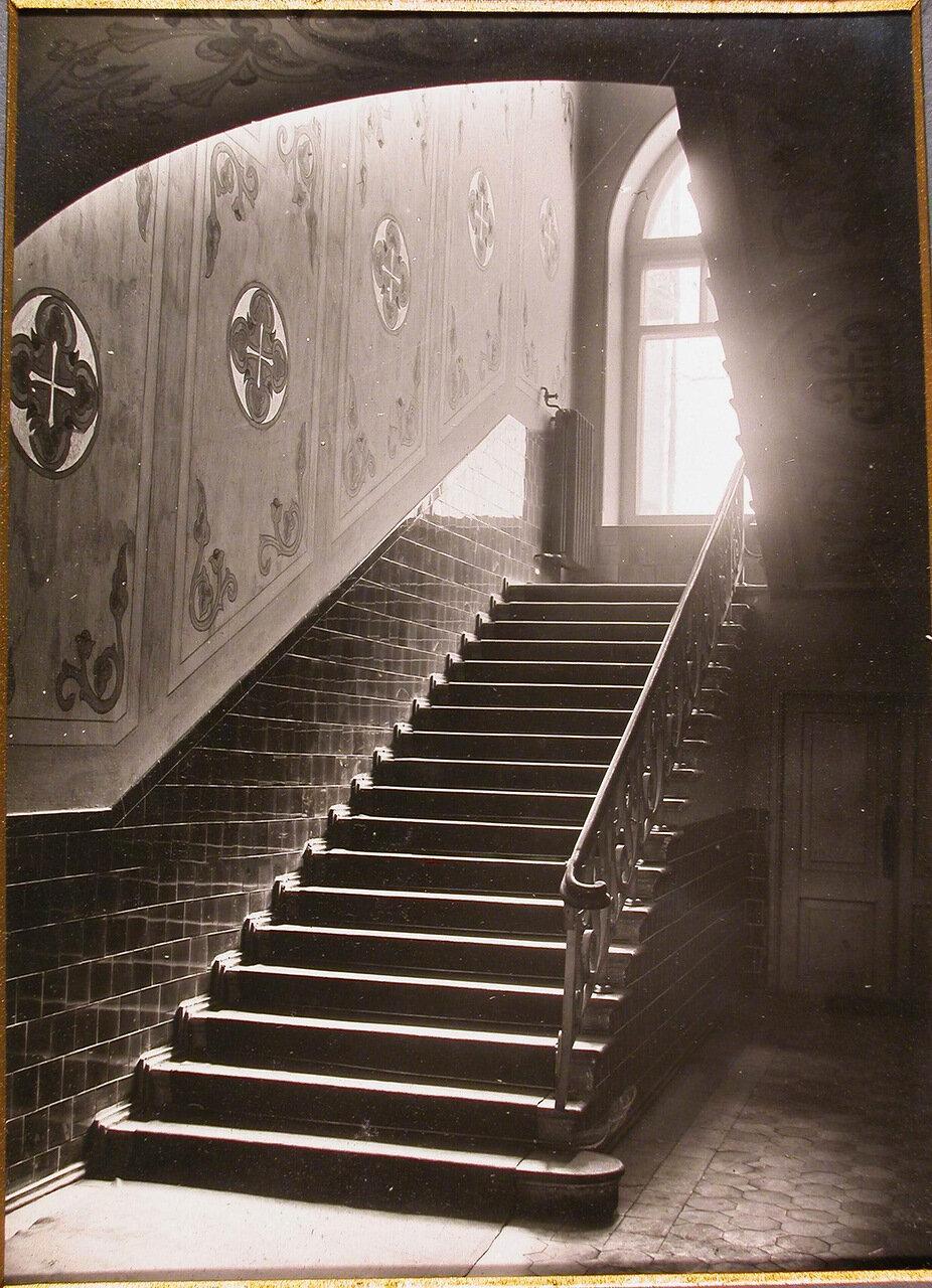 03. Вид парадной лестницы Епархиального дома, ведущей на 2-ой этаж