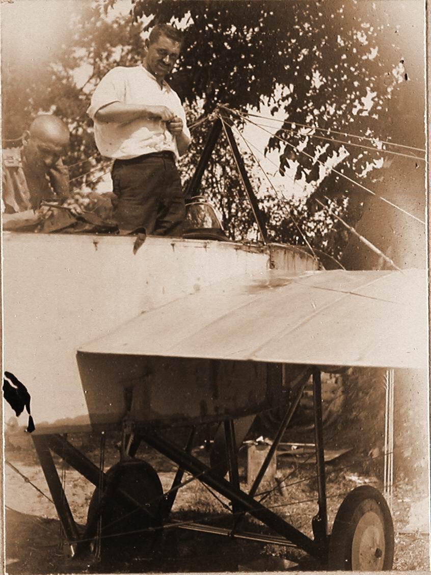 31. Военный лётчик отряда лейтенант Дыбовский у летательного аппарата. Май 1915. Польша. Сандомир