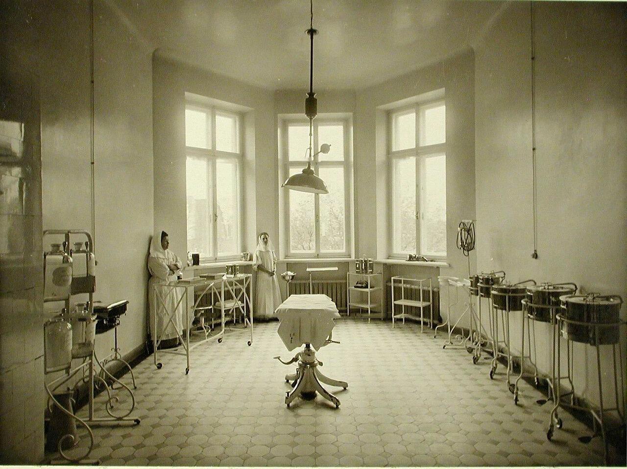 09. Вид операционной в здании больницы