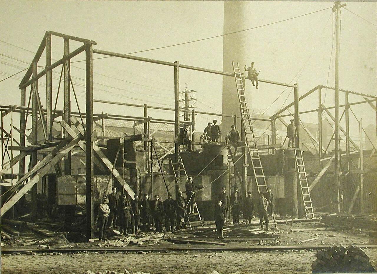 10. Рабочие у металлического каркаса одного из будущих цехов Обуховского сталелитейного завода. 22 сентября 1909