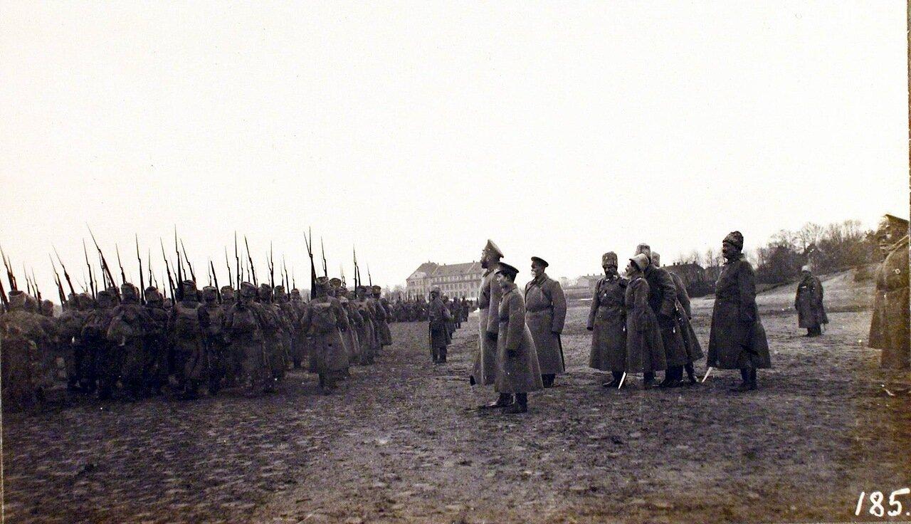 11. Император Николай II (в центре) благодарит за службу воинские части, проходящие перед ним во время смотра. Рига. 29 октября 1915