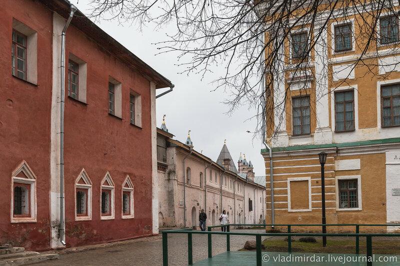 Иераршие палаты (на дальнем плане) и Церковь Спаса на Сенях.