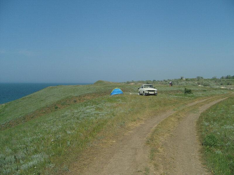 Азовское побережье. Каменское -> Заводское. Украинская палатка, старый автомобиль, да одинокий велосипедист