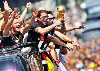 Десятки тысяч болельщиков встречали сборную Германии на родине
