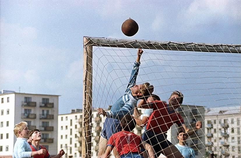1962 Дворовый футбол.jpg
