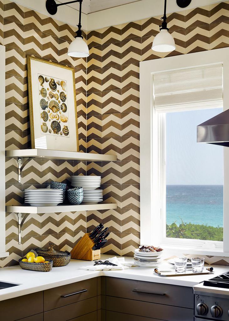 кухня, интерьер, окно, постер с ракушками,