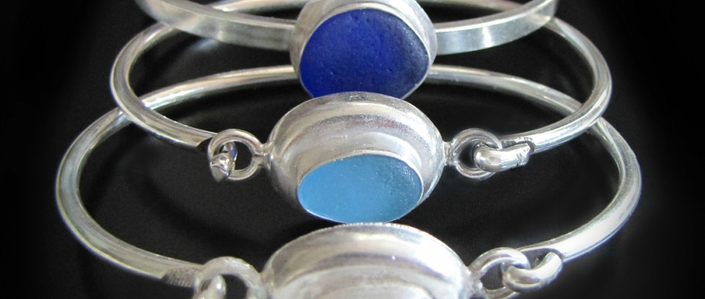 серебряные браслеты со вставкой из стекла обкатанного морем