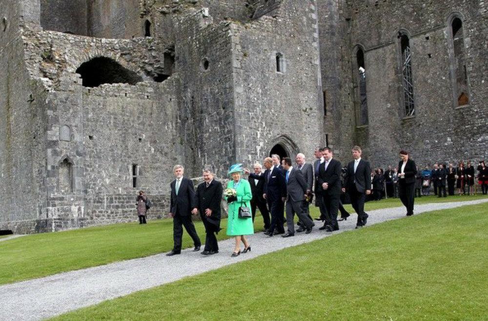 Queen+visits+Rock+Cashel+6390d2AymFPl_resize.jpg