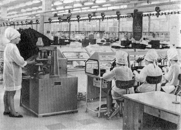 В монтажно-сборочном цехе Винницкого радиолампового завода (1970)