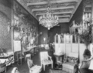 Комната во французском посольстве.