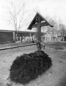 Крест над могилой митрополита Петербургского и Ладожского Антония.