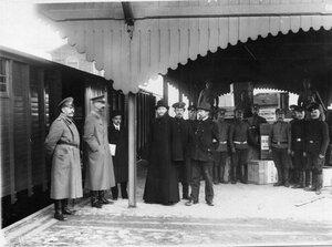Медицинский персонал, священник и санитары у поезда императрицы Александры Федоровны