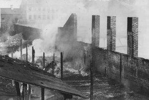 Остов сгоревшего здания.