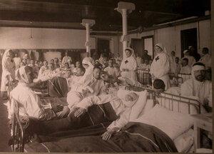 Медицинский персонал и раненые в палате лазарета,организованного при фабрике Ф.Байера.
