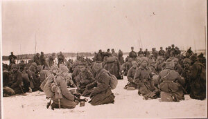 Солдаты проходящей части во время обеда у палаток, перевязочно-питательного пункта №15, организованного отрядом Красного Креста В.М.Пуришкевич.