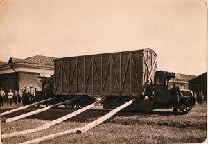 Перевозка аэроплана с помощью двух автомобилей и специальных приспособлений.