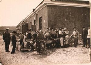 Солдаты, механики авиароты, дети у прибывшего из авиаотряда автомобиля во время его ремонта.