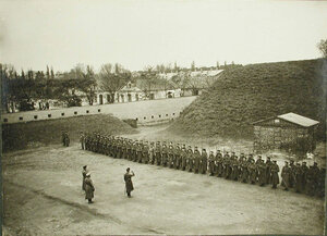 Командир поздравляет солдат и офицеров роты с первыми боевыми наградами.